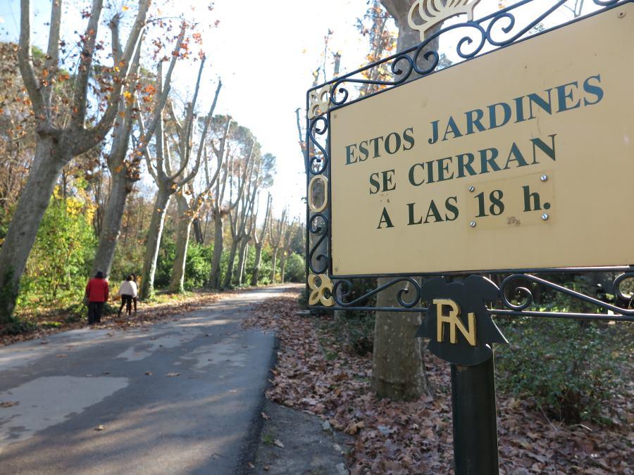 Cartel con horarios de los Jardines del Campo del Moro