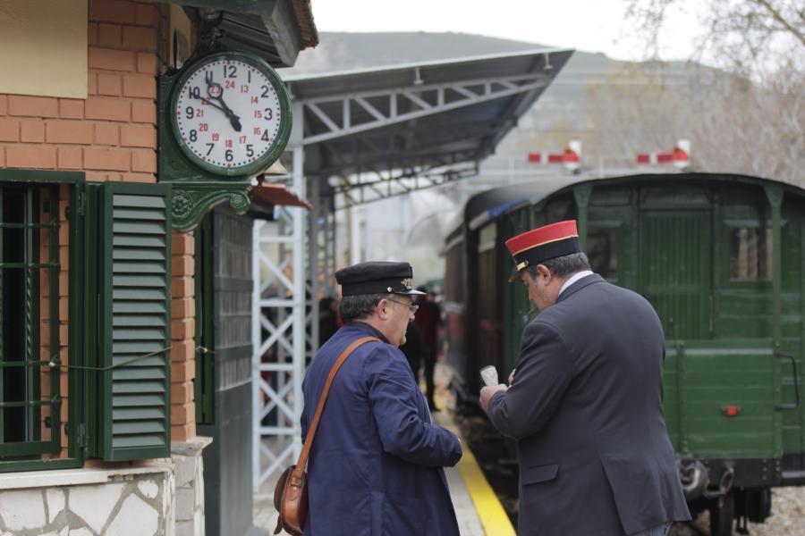 Resultado de imagen de El antiguo jefe de la Estación ve pasar el tren