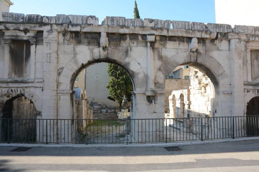 Puerta de Augusto de Nîmes