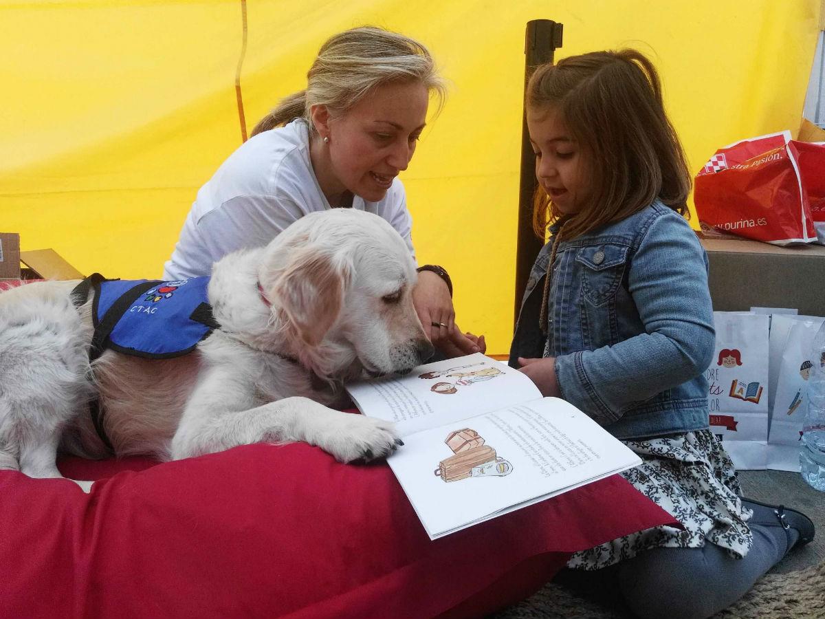 Taller de lectura con perros de asistencia de Purina y el CTAC