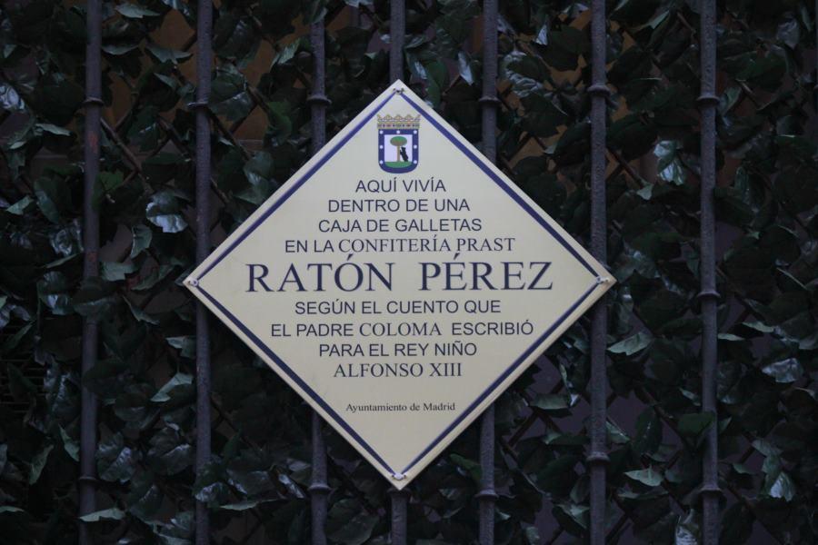 Placa en el edificio de la Casa del Ratoncito Pérez