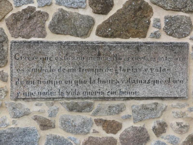 Inscripción a la entrada del Castillo de la Coracera
