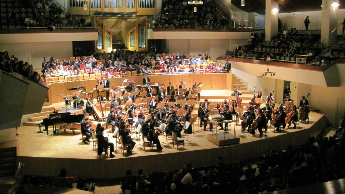 Orquesta interpretando un tema en un concierto de música clásica especial para familias