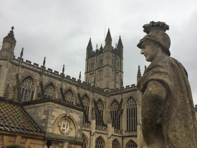 Termas de Bath con abadía al fondo