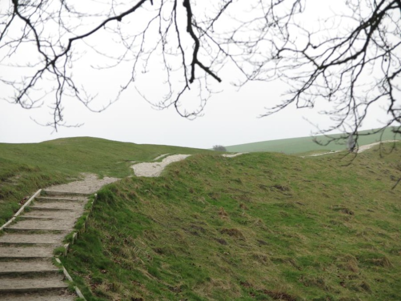 Camino que rodea las piedras prehistóricas de Avebury