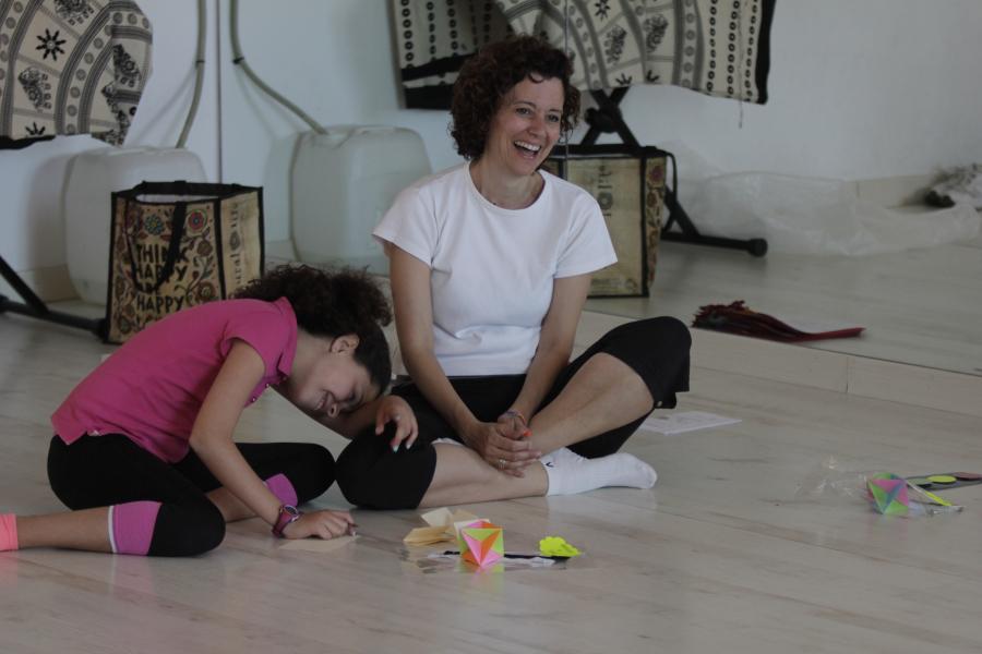 Eva y su hija Ariadna meditan juntas