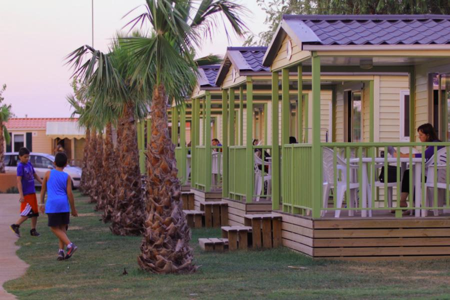 Vista de las casitas del camping El Delfín Verde