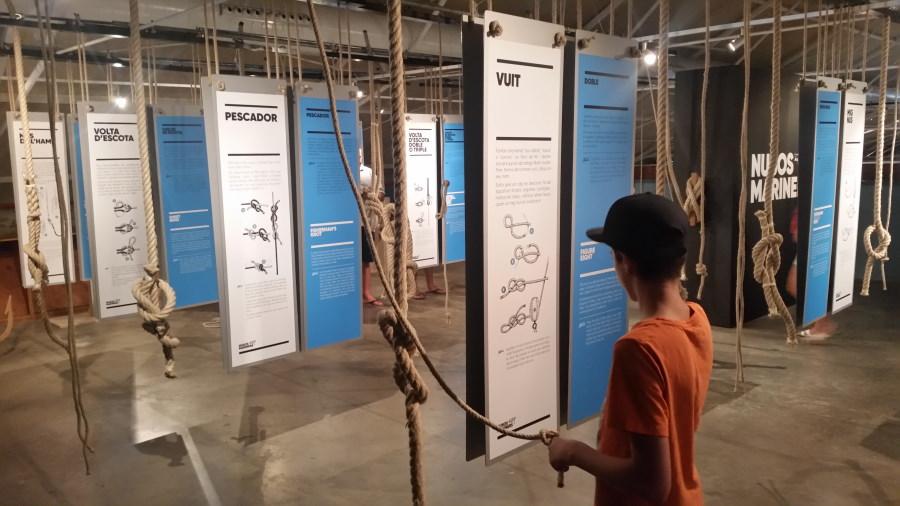 Aprendiendo a hacer nudos marineros en el Museo de la Pesca de Palamós