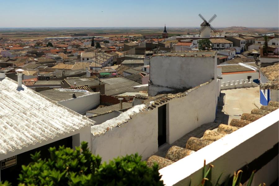 Vista de Campo de Criptana a los pies del Cerro de Los Molinos