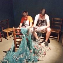 Cosiendo redes en el Museo de la Pesca de Palamós