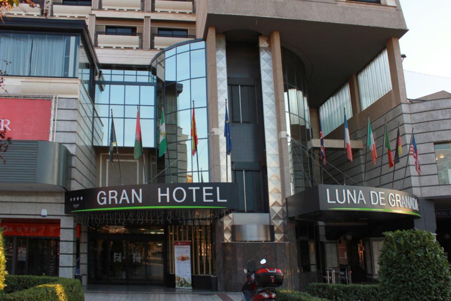 Entrada principal al Gran Hotel Luna de Granada