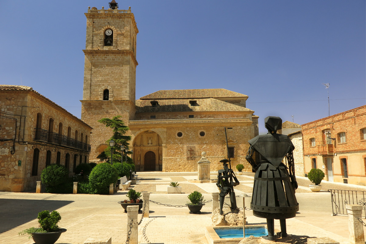 Plaza Mayor de El Toboso, con su estatua de Dulcinea
