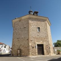 La ermita de la Vera Cruz, de planta octogonal, es ahora una biblioteca municipal