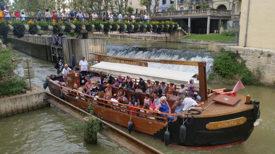 Barco turístico en el Canal de La Robine, en Narbona