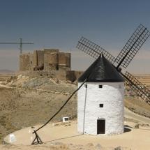 Castillo y molino de Consuegra, en Toledo, pueblo de la Ruta del Quijote