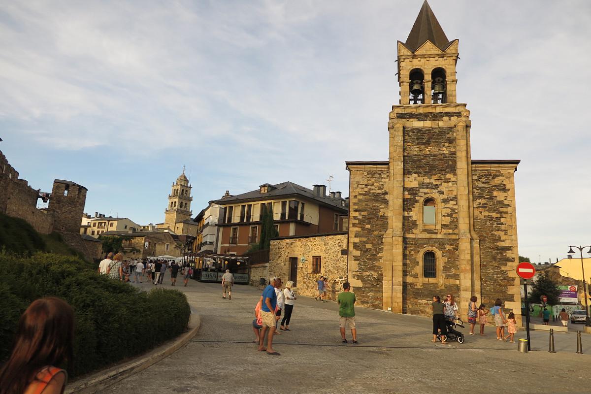 Plaza de Ponferrada, con la Iglesia de San Andrés de frente