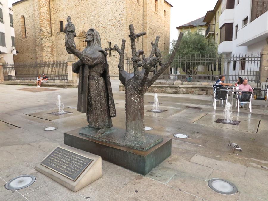 Estatua del Templario y la Virgen de la Encina
