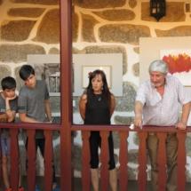 Xosé (a la derecha) guía la visita por el Pazo de Sabadelle