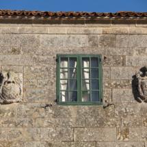 Escudos en la fachada del Pazo de Sabadelle