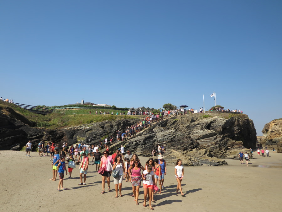 Turistas en la Playa de Las Catedrales