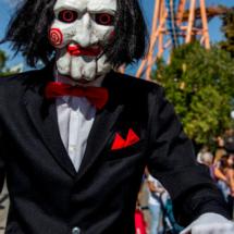 Jigsaw pasea por el Parque Warner en Halloween