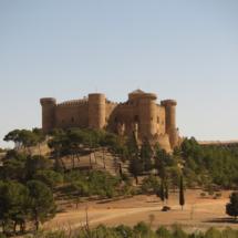 Vista del Castillo de Belmonte, rodeado por un bosque de encinas