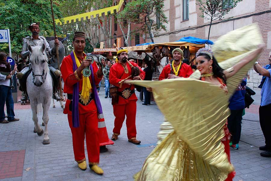 don Quijote pasea por el Mercado Cerevantino