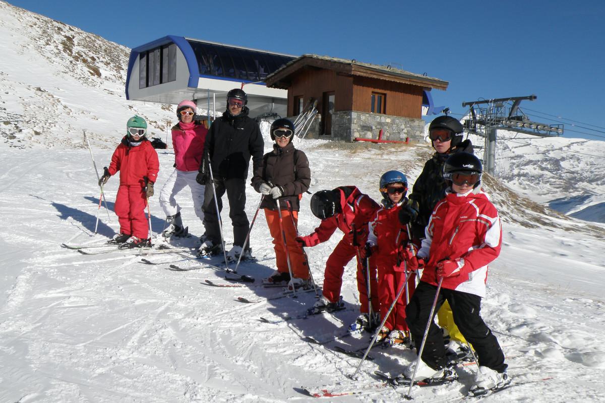 Os contamos cómo ahorrar algo de dinero en el viaje para esquiar en familia