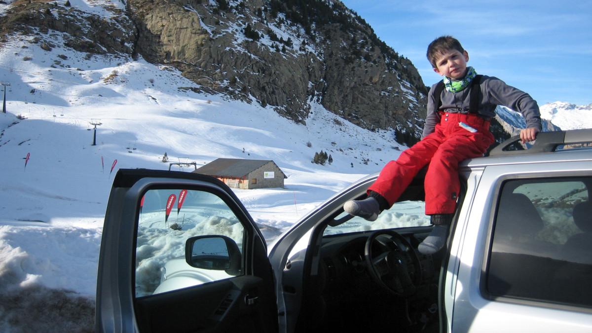 Te contamos a qué edad hay que empezar a esquiar con peques, según nuestra experiencia