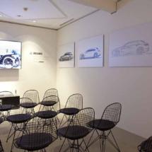 Sala de audiovisuales en la exposición temporal de Porsche en Madrid