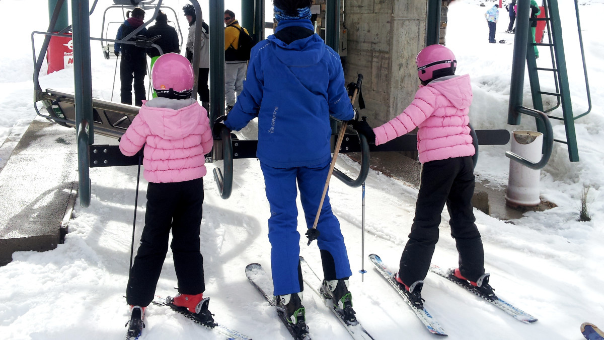 Tipos de cursos de esquí para peques para empezar a esquiar en familia