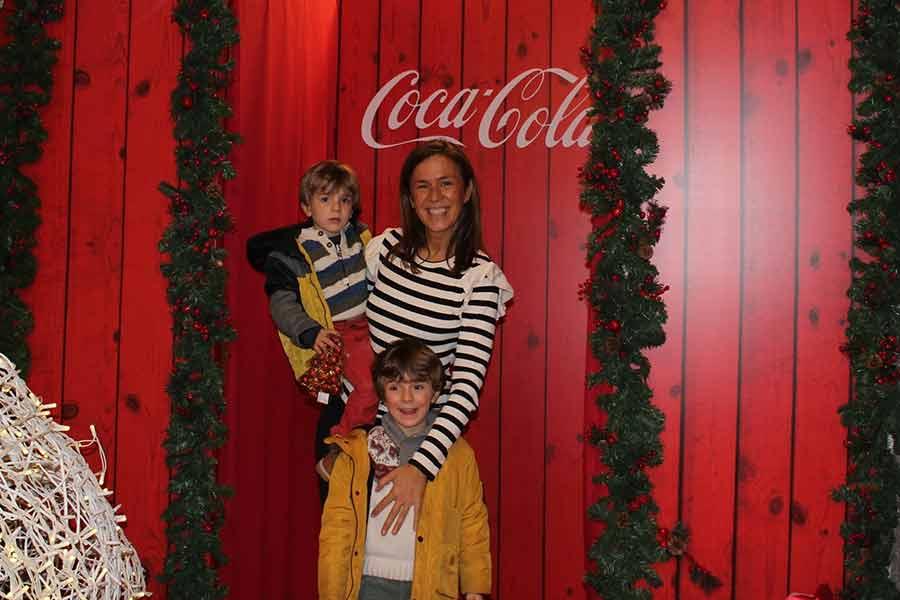 Rubén y Sergio, con su tía Nuria, en la Casa de Papá Noel.