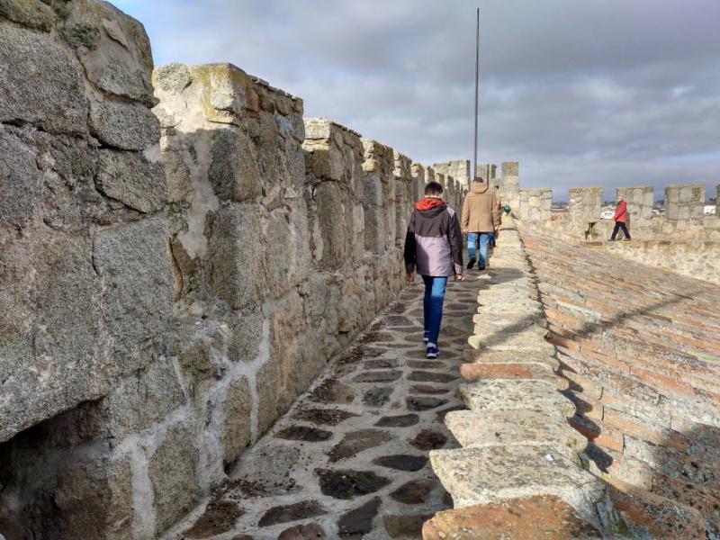 Paseo por el muro del Castillo de Orgaz