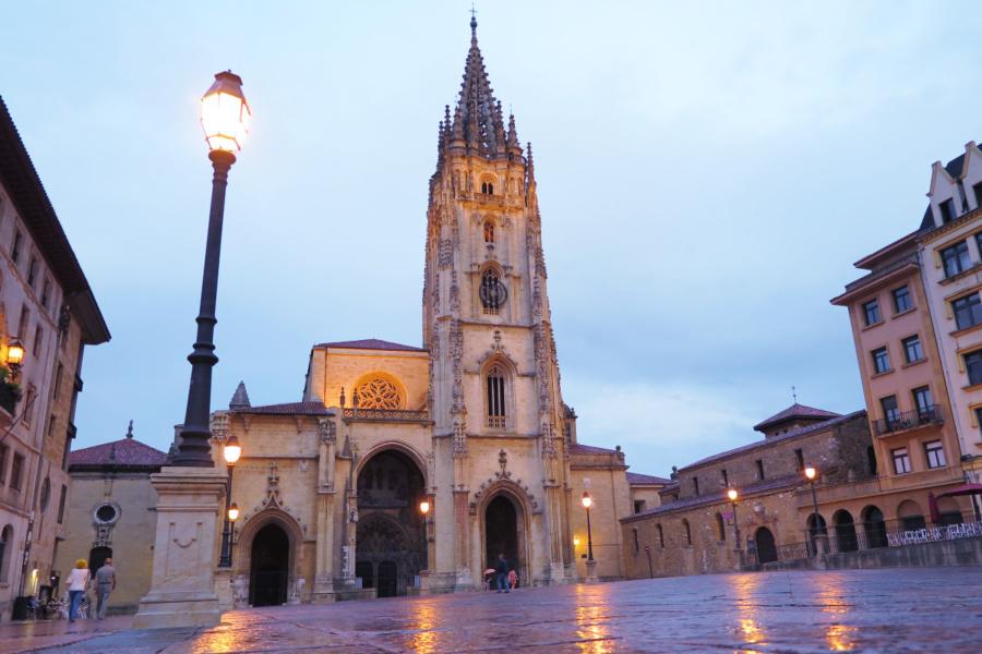 Fachada principal de la Catedral de Oviedo