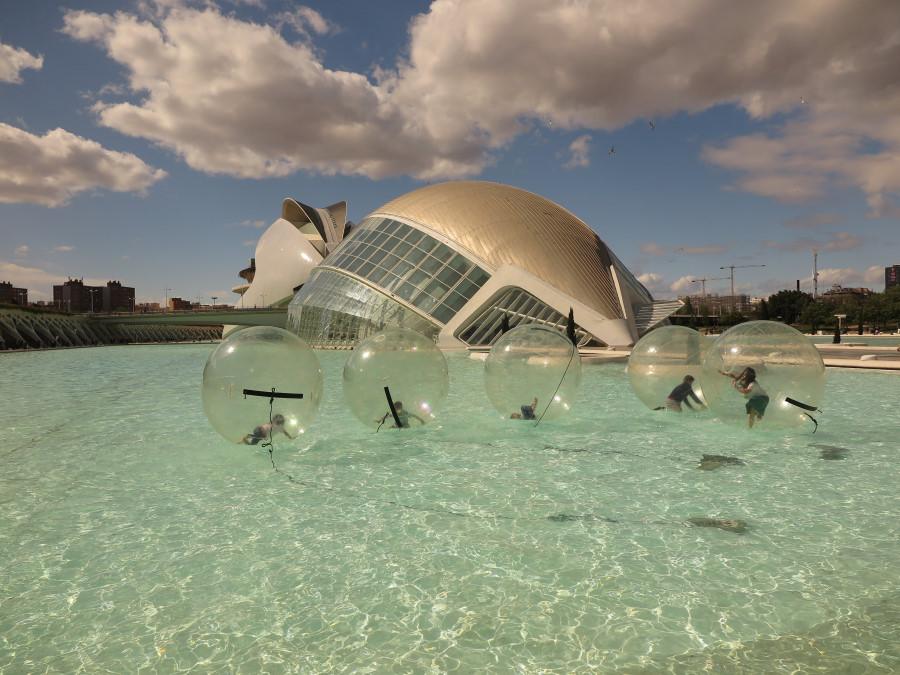 Entorno de la Ciudad de las Artes y las Ciencias, con l'Hemisfèric al fondo