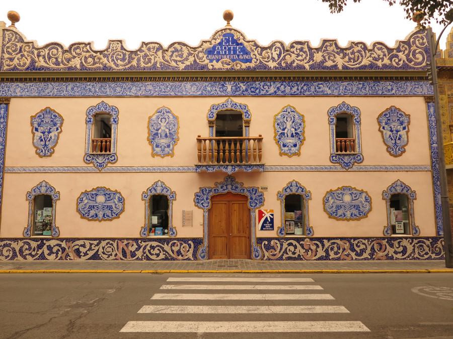 Fachada de la oficina de turismo de Manises decorada con su típica cerámica