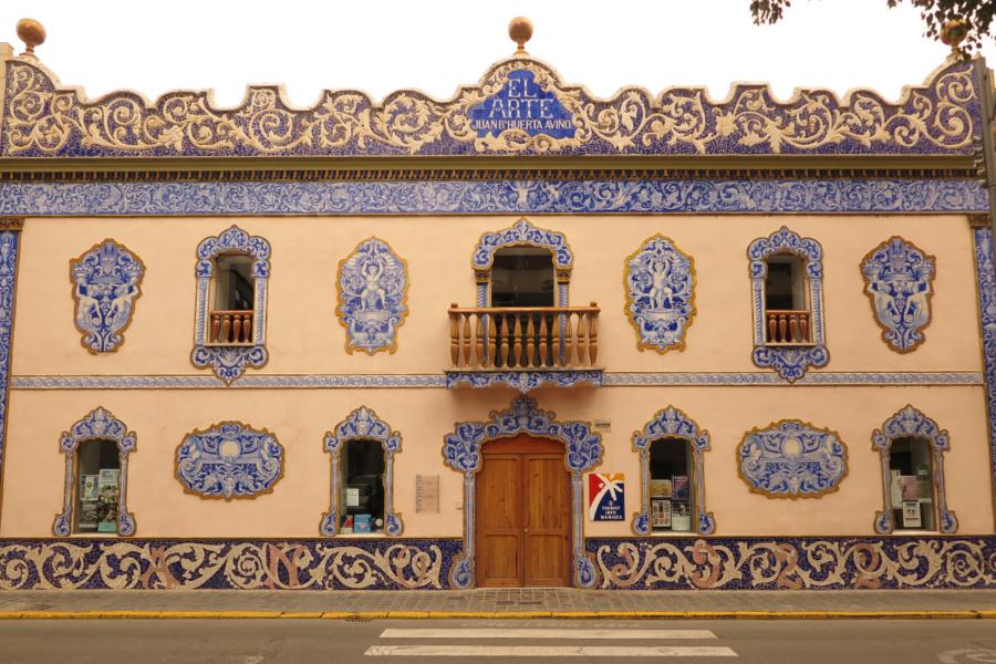Fachada de un edificio de Manises deorado con su típica cerámica