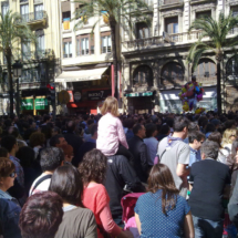 Concentración de gente en la Calle de las Barcas para oir la mascletà del Ayuntamiento
