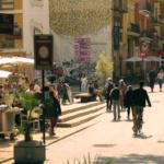 Calle del centro de Valencia con paredes decoradas con graffiti