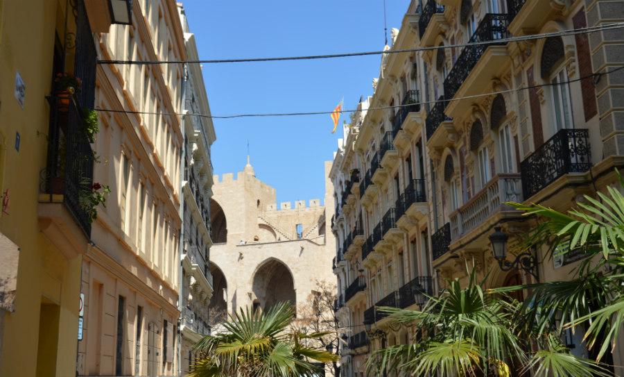 Calle de Valencia con las Torres de Serranos al fondo