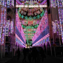 Calle iluminada; el 'encendido' suele tener horas fijas y se celebra con un espectáculo musical