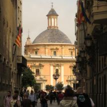 Calle Caballeros, con el Palau de la Generalitat a la izquierda y la Plaza de la Virgen al fondo