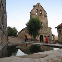 Fuente e iglesia de Almiruete