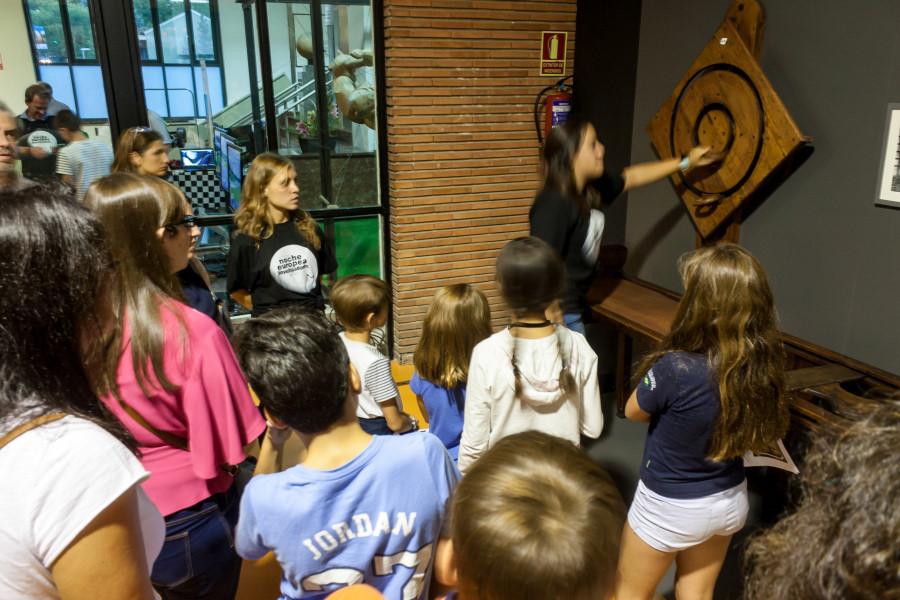 Charla científica en un museo