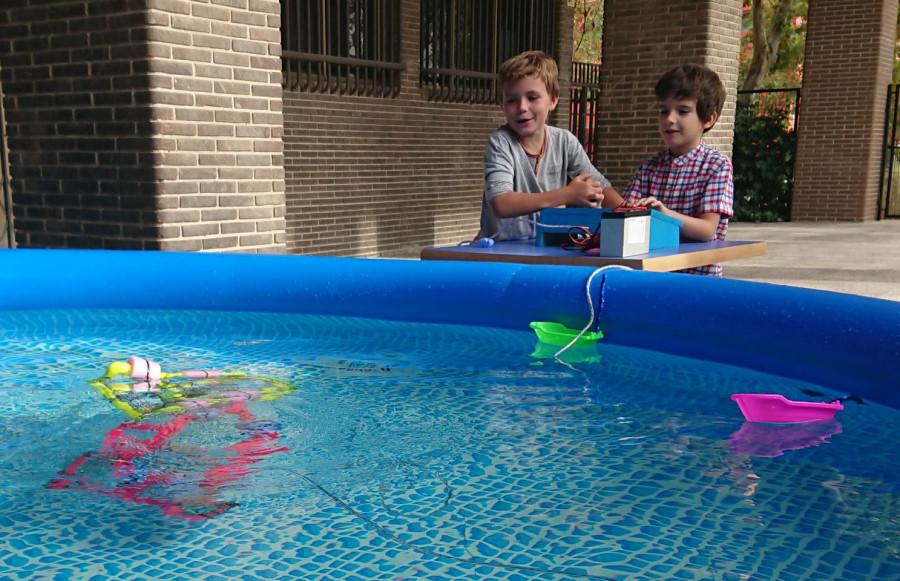 Niños 'investigando' con un robot submarino