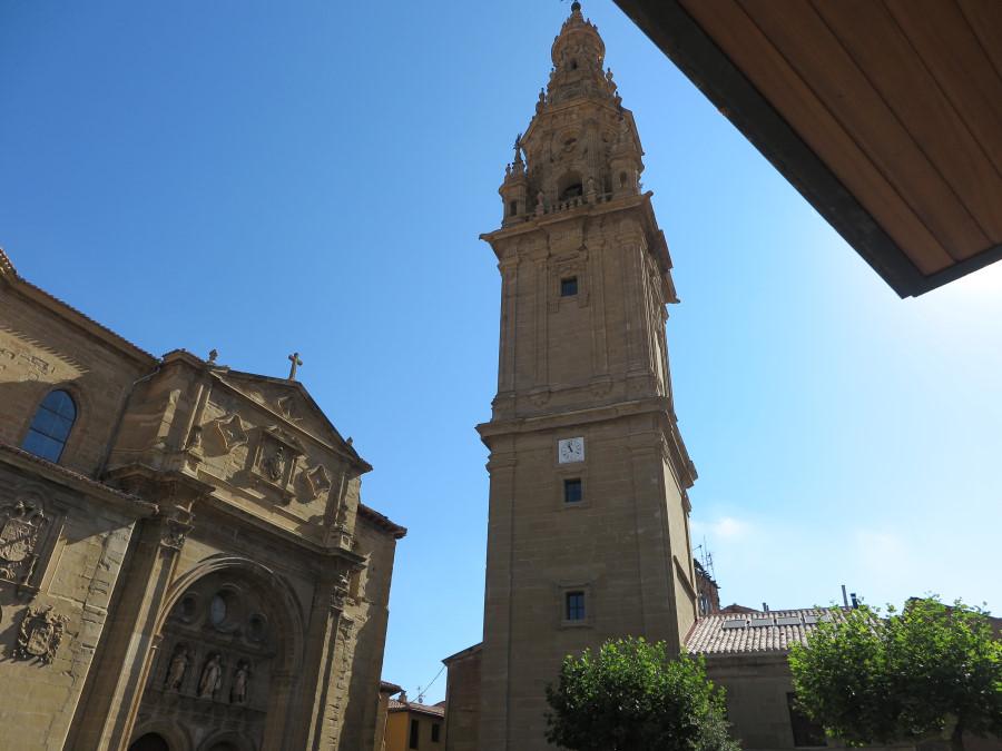 Torre y fachada de la Catedral de Santo Domingo de la Calzaza