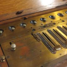 Detalle de la calculadora del Museo del Romanticismo