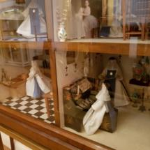 Casa de muñecas con monjitas