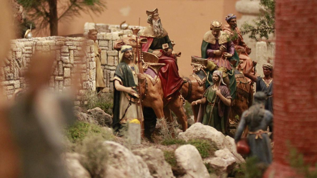 Representación de la llegada de los Reyes Magos en un belén navideño
