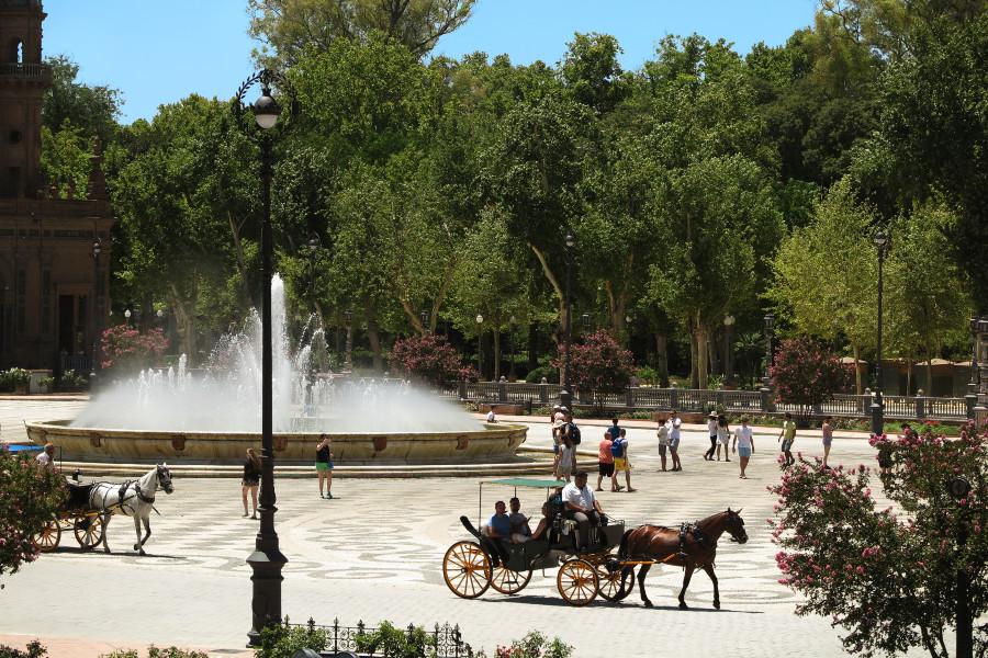 La Plaza de España de Sevilla está aún más preciosa en mayo